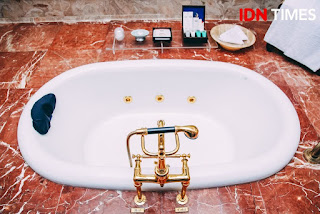 Bathub berlapis emas 24 karat di Hotel Majapahit