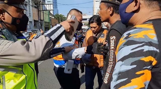 Polisi dan Dishub Kota Bandung Sempat Ricuh dengan Oknum LSM Saat Penertiban Zona Larangan Parkir