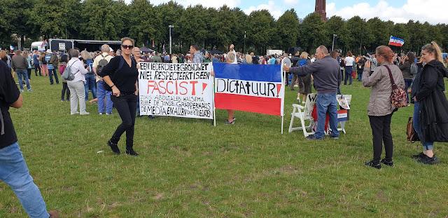 احتجاجاً على تدابير كورونا.. متظاهرون في دنهاخ يُطالبون رئيس الوزراء الهولندي بالاستقالة