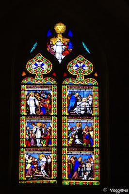 Le belle vetrate interne della cattedrale di Sarlat la Caneda