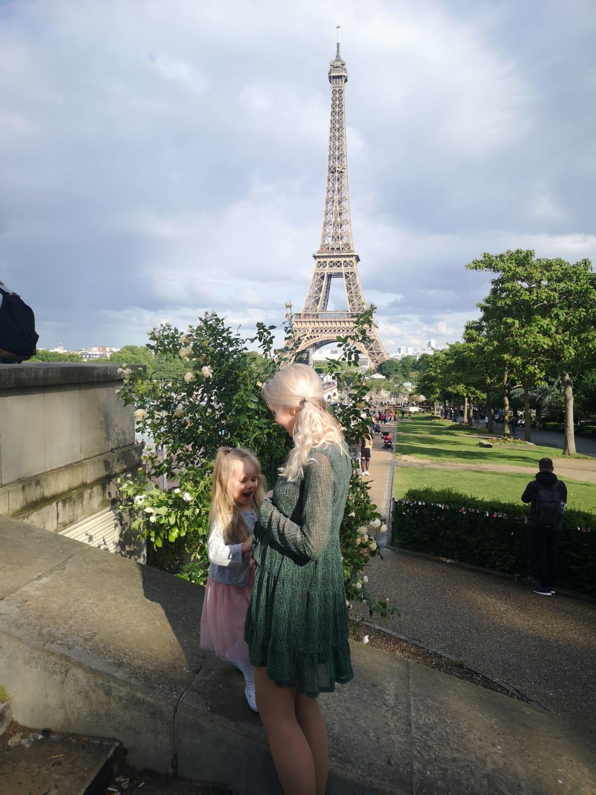 tuleva iso-sisko juttelee äidin vatsalle Pariisissa