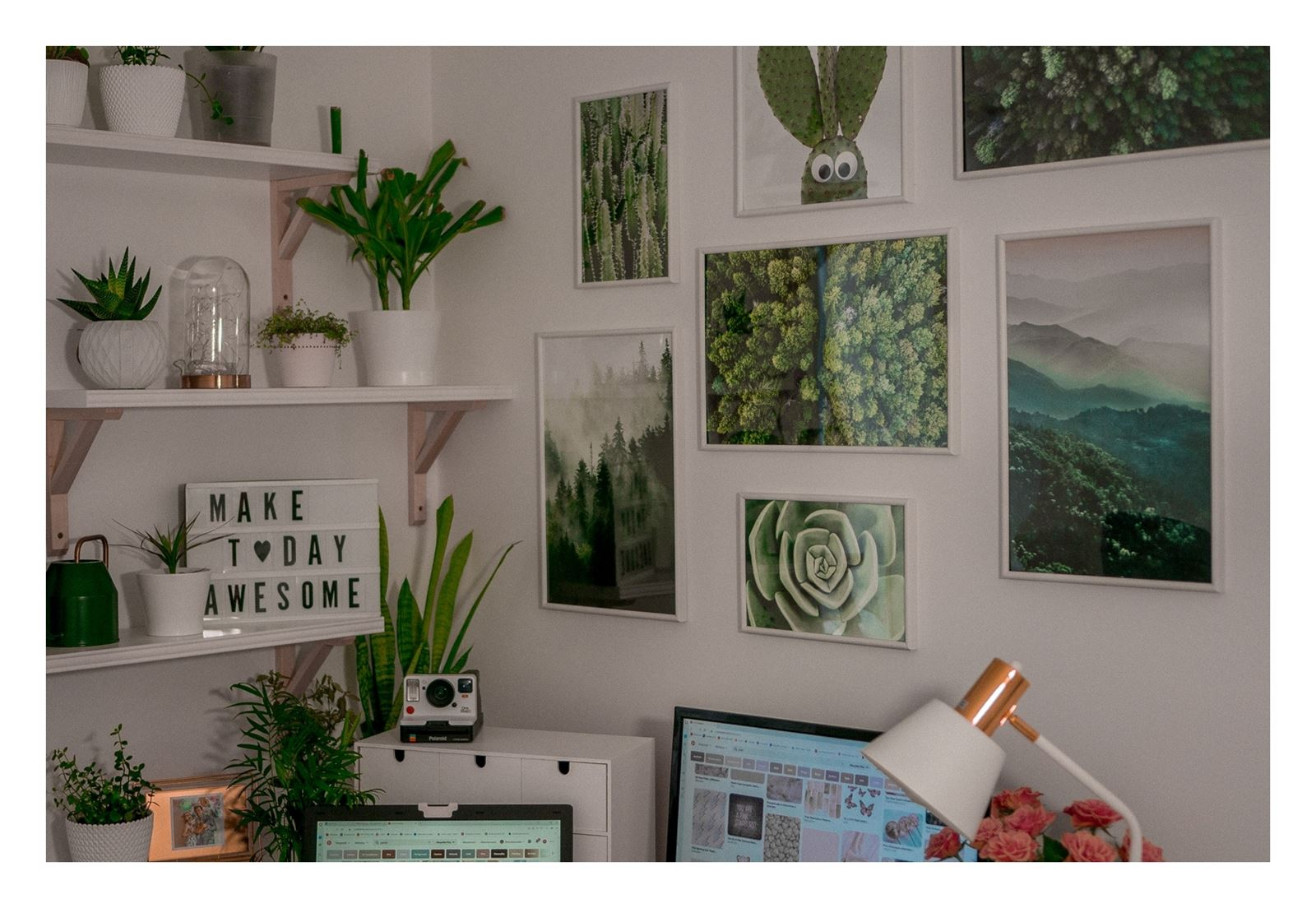 11 jak urządzić biuro w domu - dekoracje do biura, zielona ściana w mieszkaniu, jak zaprojektować galerię plakatów, plakaty krajobrazy rośliny na ścianę jak zawiesić obraz na ścianie pokój influencera