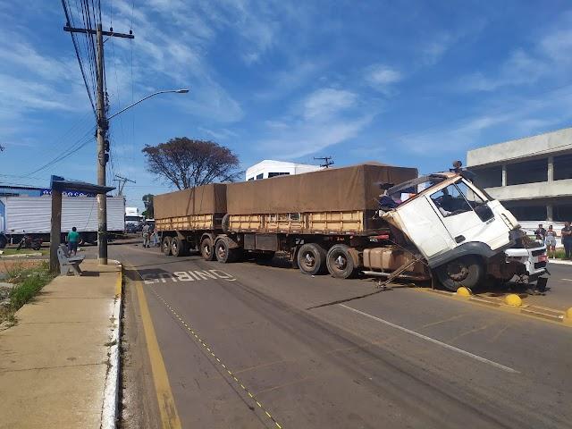 Anápolis: Carreta desgovernada causa acidente na Pedro Ludovico