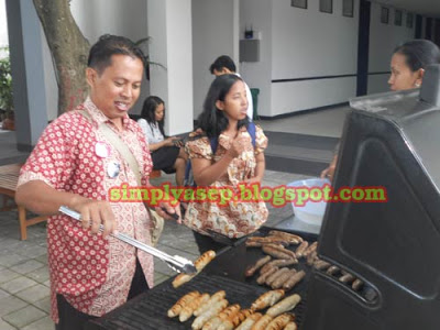 See the results of my work in baking beef sausage. everything is a mess aka burning. Luckily the chef was out. Who wants to eat the results of my grill? Photo of Mahendra / Kang Guru Indonesia