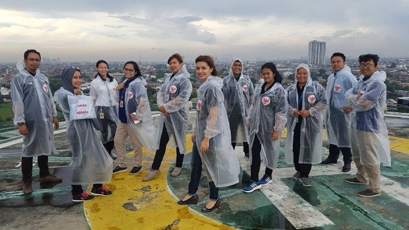 Najwa bersama tim Mata Najwa memamerkan jas hujan