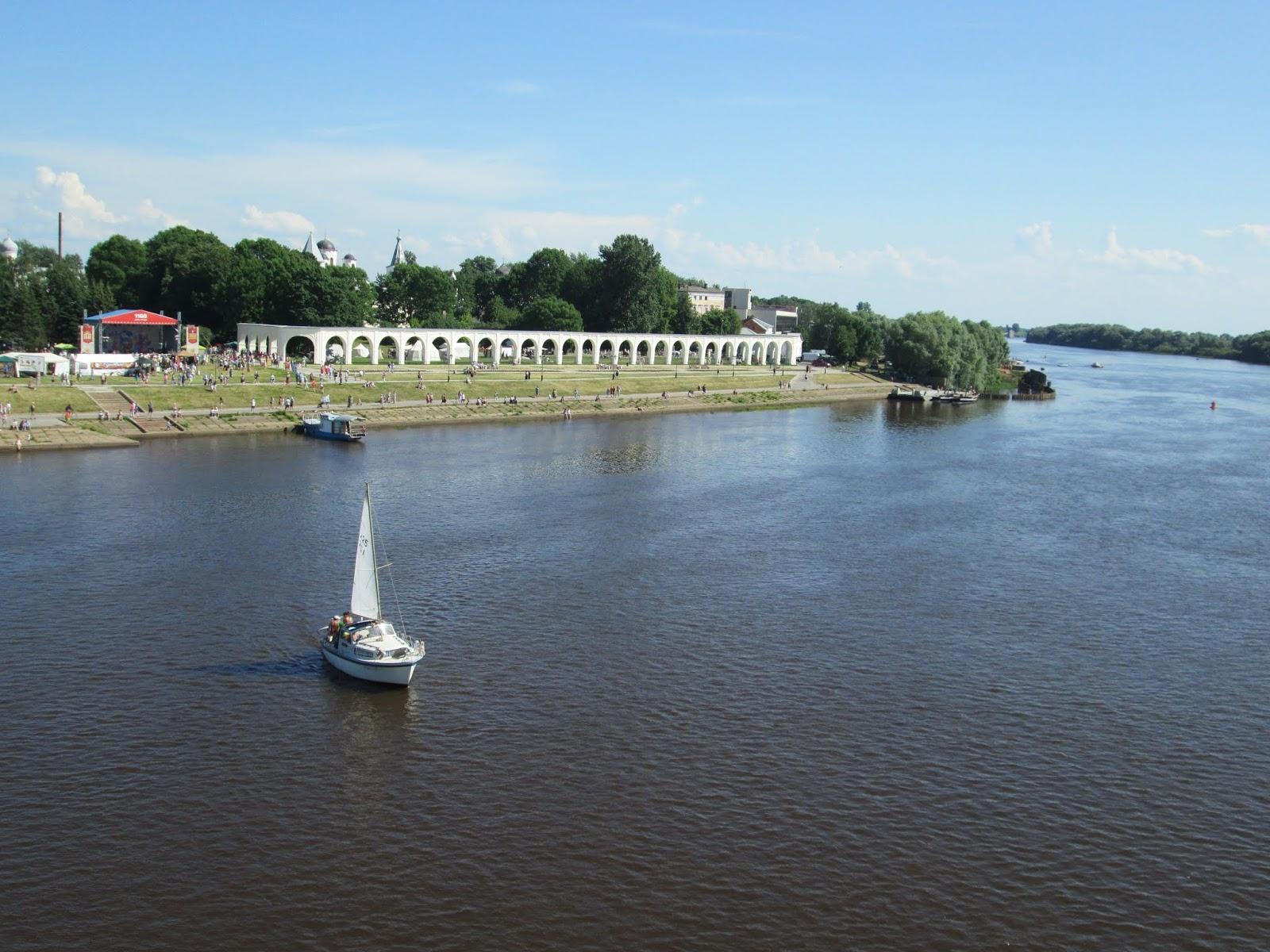Парусник на фоне Ярославова Дворища