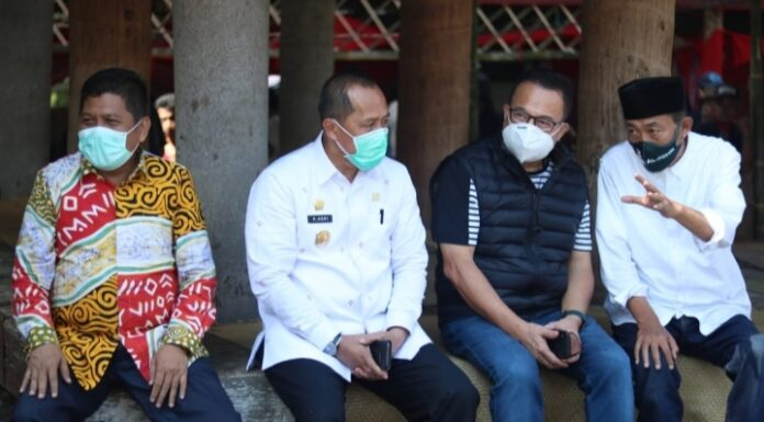 Komut PT Telkom Indonesia (persero) Menyaksikan Prosesi Upacara kematian Salah satu Tokoh terbaik Toraja