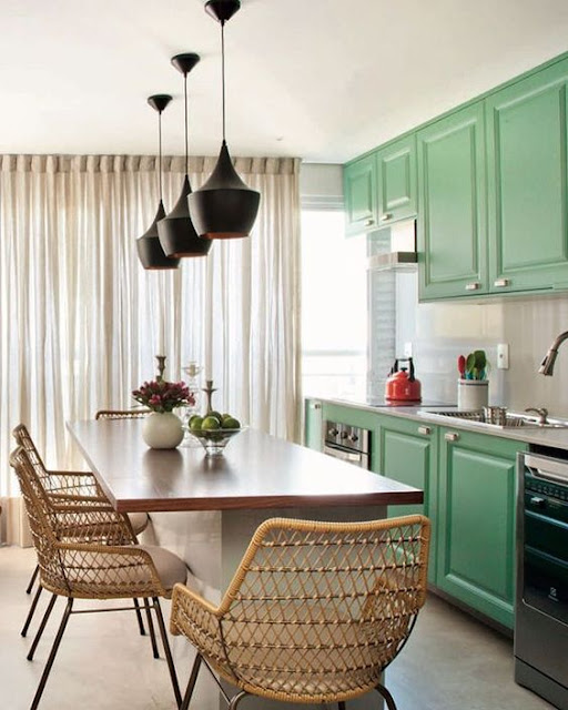 cozinha-pequena-e linda-com-armarios-classicos