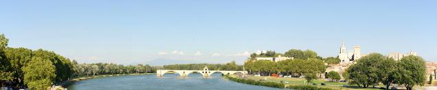 Il ponte Saint Benezet e la città di Avignone