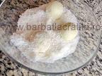 Bomboane cu cocos si migdale preparare reteta - tavalim bilutele prin nuca rasa de cocos