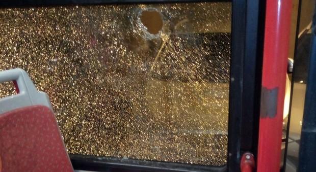 Paura alla Muratella: sassi contro bus Atac