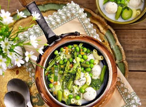 Lekka zupa z zielonych warzyw z drobiowymi pulpecikami i makaronem