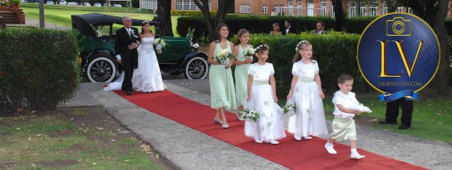 Pajecitos entrando a la misa delante de la novia con su papá