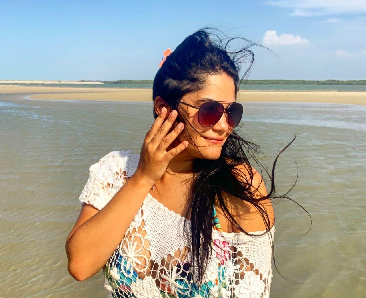 mulher de perfil na praia de macapa pi