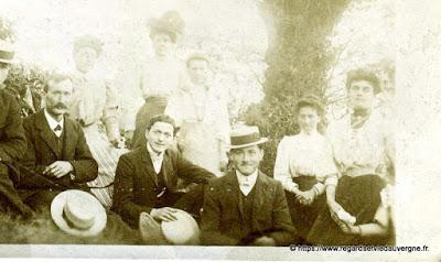 Photo noir et blanc ancienne :  belles dames et beaux messieurs