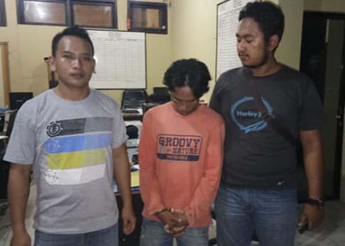Tersangka pengedar narkoba saat diamankan polisi.