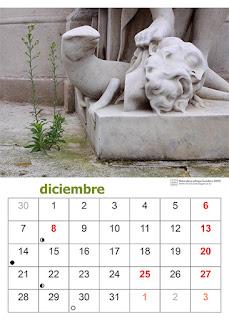 Página del calendario con una foto tomada en Londres de una planta creciendo en el suelo junto a una escultura
