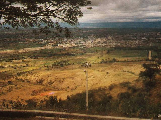 Foto 16 - Vista de parte da cidade da Serra, quando ainda estávamos em cotas mais baixas das encostas do Mestre Álvaro. Foto do autor, outubro de 1989.