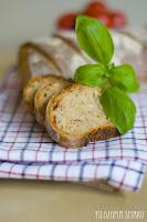 chleb z bazylią i suszonymi pomidorami