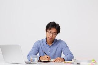 homem japonês focado estudando em casa ead