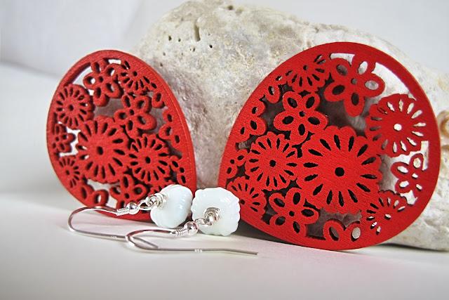 indrukwekkende  rode houten uitgesneden ornamenten met glazen witte pompoenkraal en sterling zilveren haak.  Ze zijn groot maar erg licht.  totale lengte : 8 cm