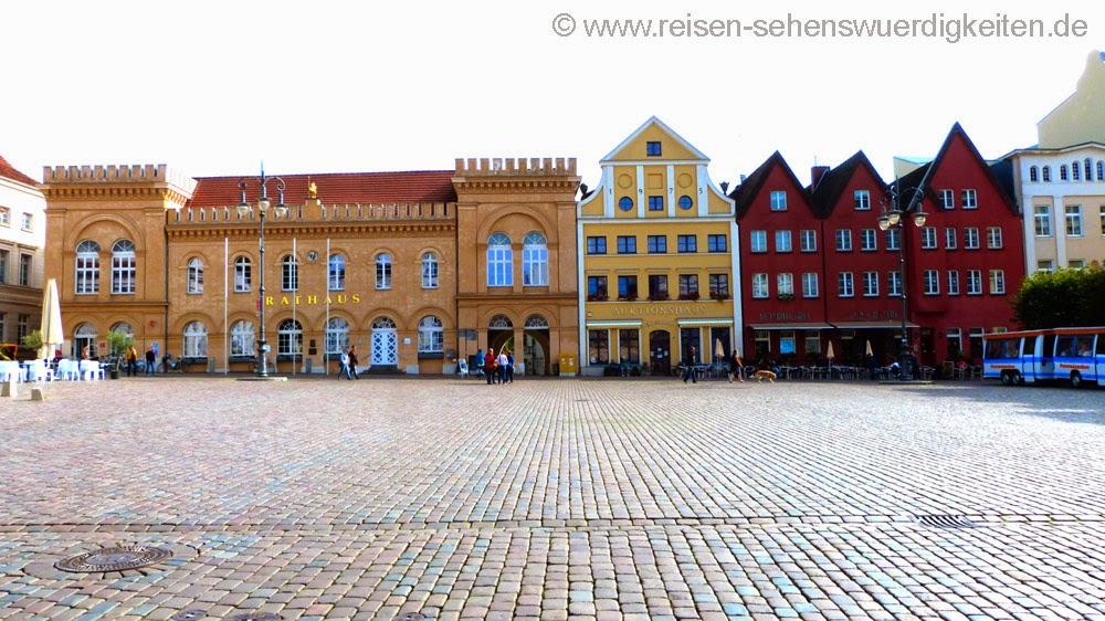 Rathaus und Cafe am Altstädter Markt in Schwerin