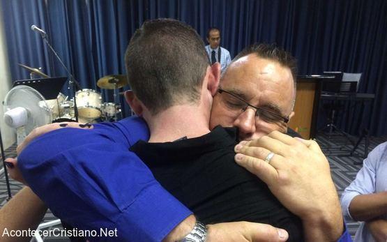 Pastor perdona y abraza al hombre en la iglesia