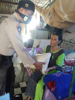 Bhabinkamtibmas Tamalabba Serahkan Bantuan Sembako ke Warga Binaannya