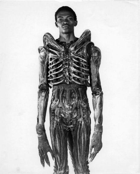 Bolaji Badejo en el traje de Alien