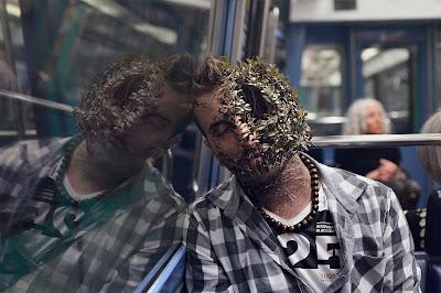 Chico con la cara mitad árbol durmiendo en un autobus