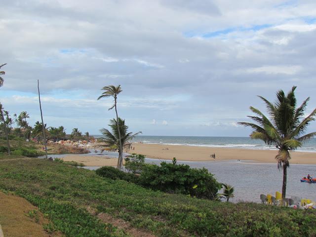 Praia de Imbassaí - encontro do mar com o Rio Imbassaí.