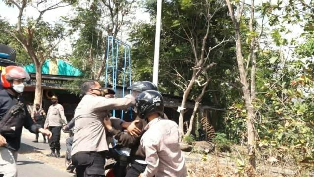 Viral Pria Berseragam Polisi Tonjok Muka Pengendara Motor di Ponorogo