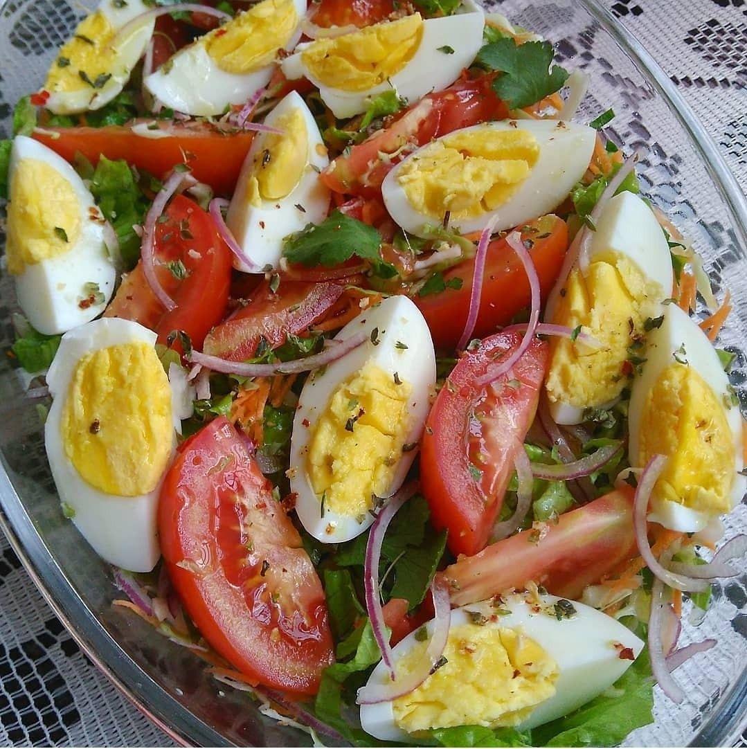 salada de ovos com folhas e tomate