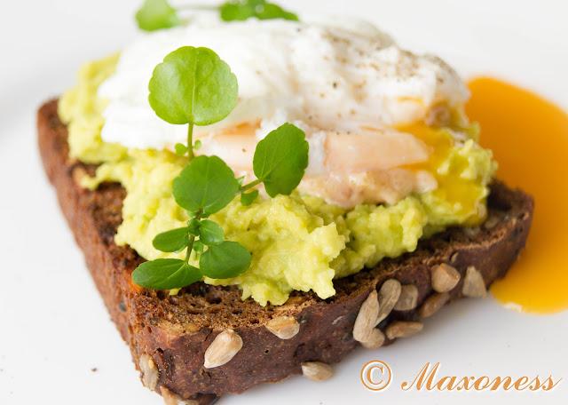 Бутерброд с авокадо и яйцом-пашот. Скандинавская кухня