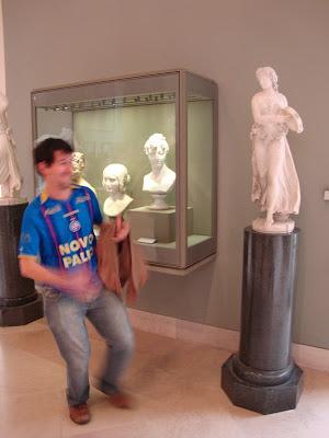 Vamo lá minha fia, vamo sambar, vamo quebrando - Louvre - Paris - França