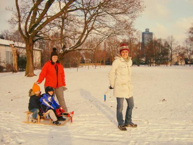 Erika brincando na neve com a Gastfamilie (Foto: Arquivo Pessoal)