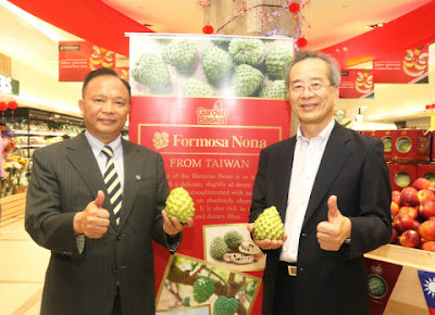 Source: Council of Agriculture, Taiwan. Council of Agriculture Minister Lin Tsung-hsien (left) and Mitagri Company Chairman Chen Yu-jan hold atemoyas from Taiwan during a visit to a local supermarket as part of a business trip to Malaysia.
