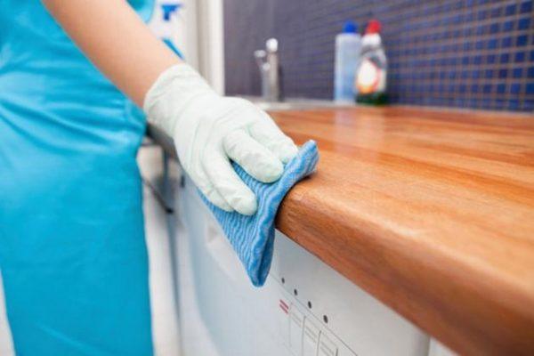 Việc vệ sinh đồ nội thất gỗ thường xuyên là việc nên làm