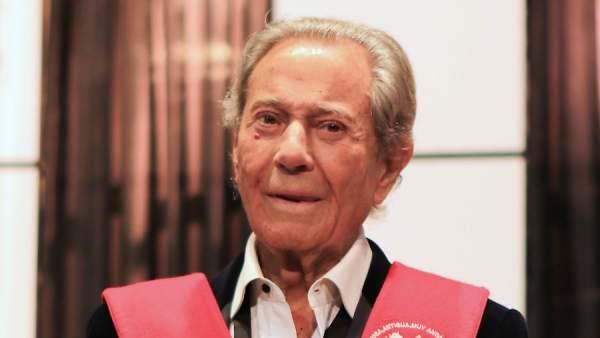 El actor Arturo Fernández en la obra de teatro 'Alta seducción' durante su 90 cumpleaños en Sevilla