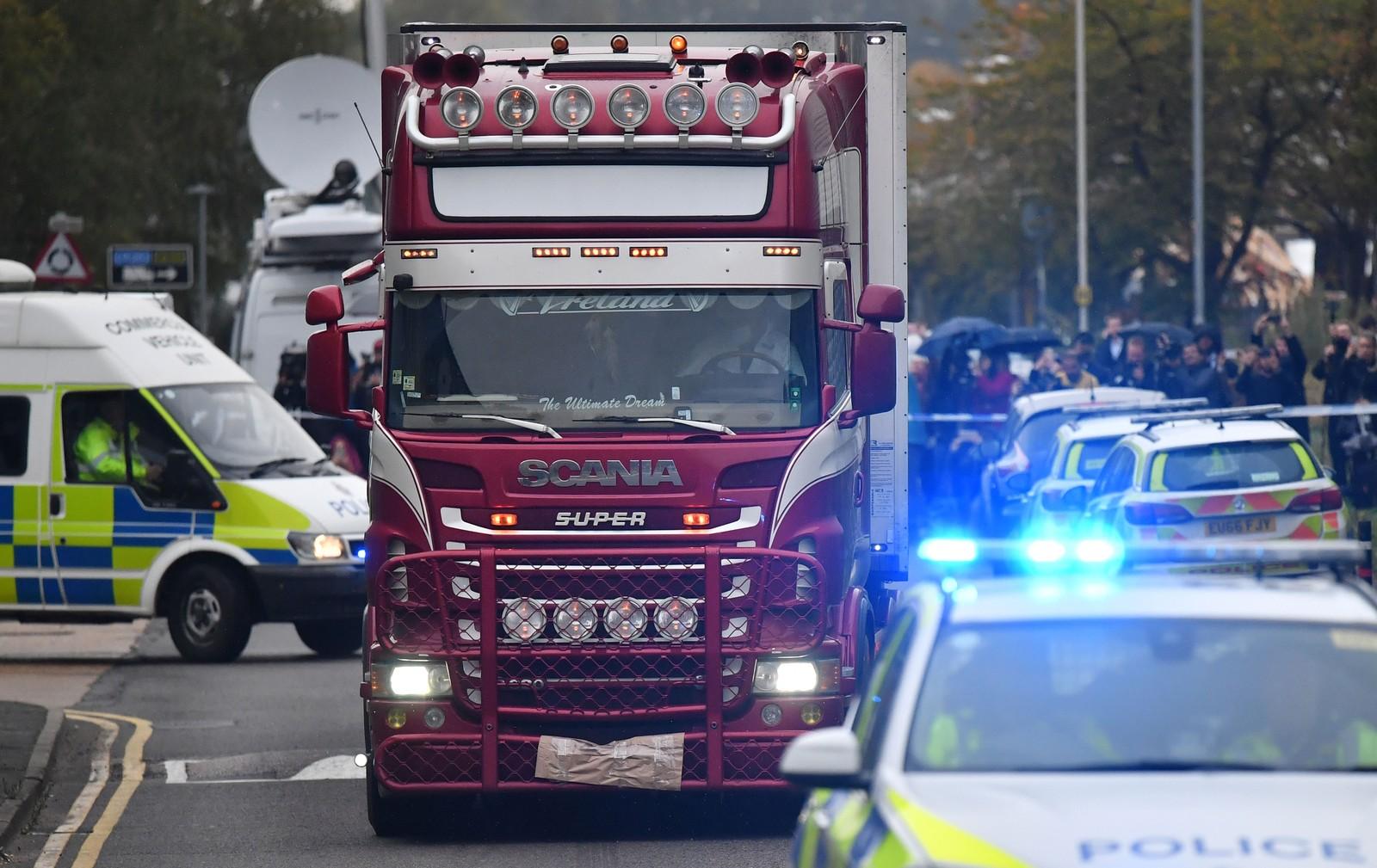 Policial dirige caminhão encontrado com 39 corpos em Grays, na região de Essex, na Inglaterra, na quarta-feira (23) — Foto: Ben Stansall / AFP