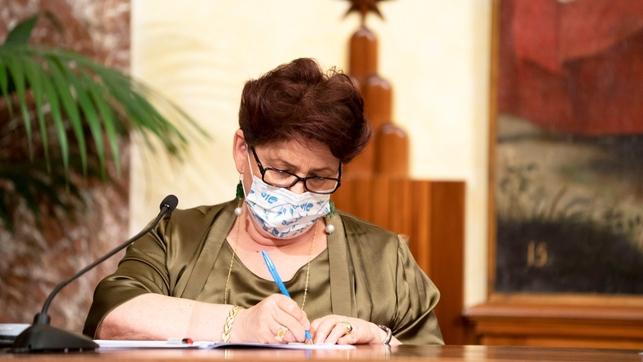 La ministra de Agricultura de Italia se emociona al anunciar permisos de residencia para que inmigrantes.