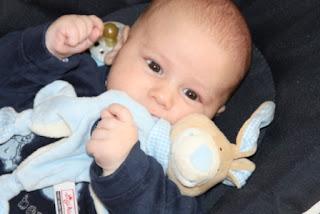 Baby spielt mit seinen Fäusten