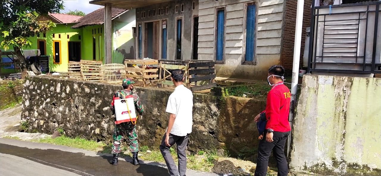 Babinsa Koramil 410-02TBS Kodim 0410KBL Sertu Animan bersama dengan warga, melaksanakan kegiatan penyemprotan cairan disinfektan di wilayah binaanya