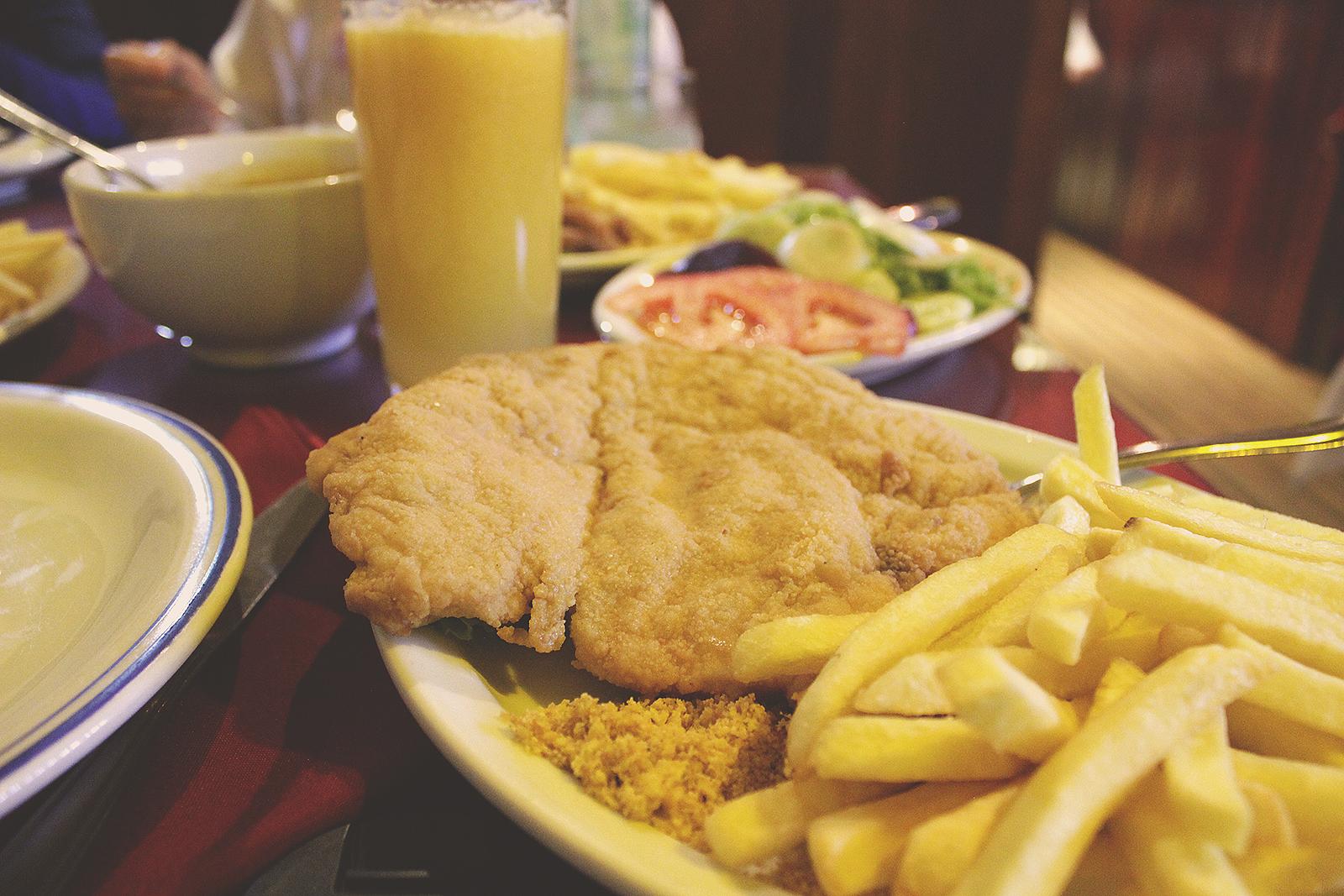 frango e batatas fritas