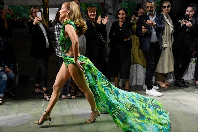 """المغنية الاتينية جينفر لوبز jennifer lopez تشارك في عرض ازياء فرزاتشي """"Versace"""""""
