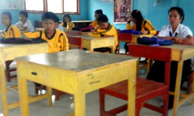 Kursi dan Meja Yang Ditempati Yuyun Di Sekolah Selalu Basah Semenjak Kepergiannya