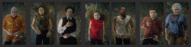 Bill Viola, The Dreamers, 2013, installation vidéo sonore, sept écrans plasma verticaux, quatre canaux stéréo, en continu, Collection Pinault