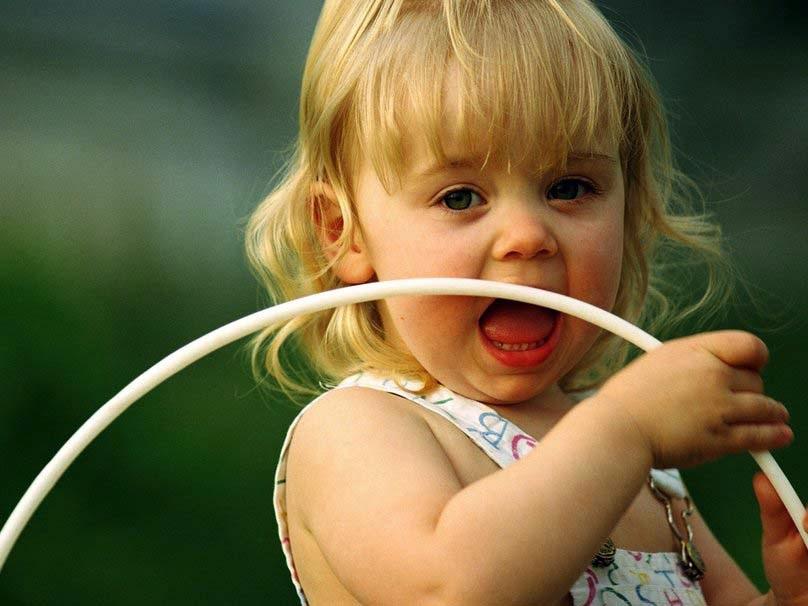 sevimli-girl-playing-bebek