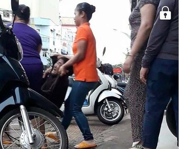 Video: Cụ bà bán hàng rong bị nhân viên quán phở khiêng ném ra ngoài ở Gia Lai