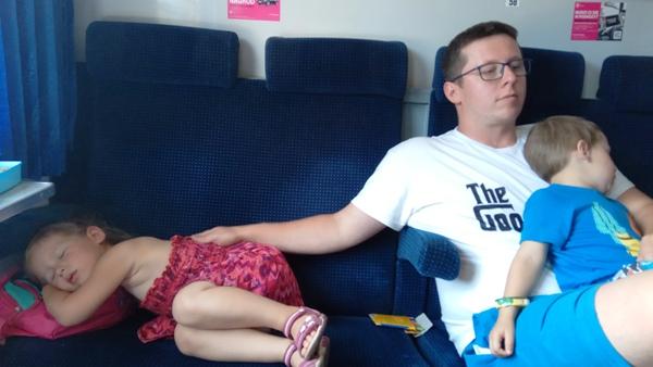 dzieci śpią w pociągu